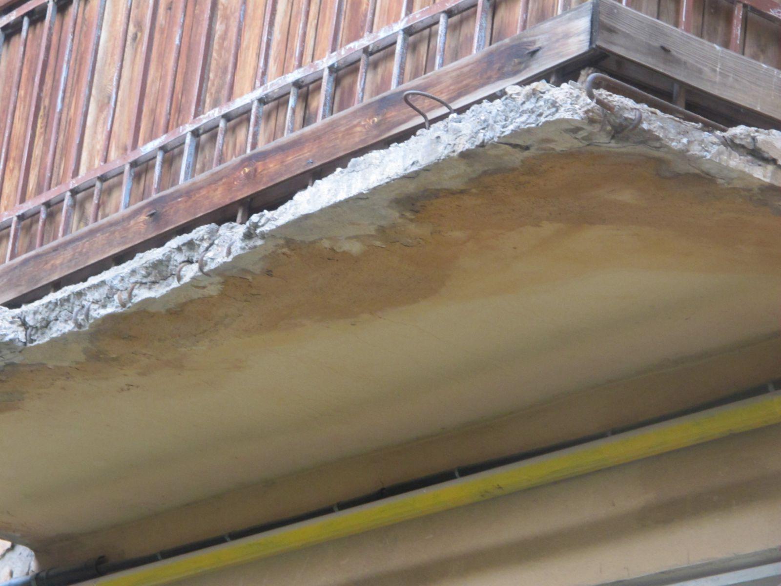 Жалоба на управляющую компанию: разрушение балконных плит.